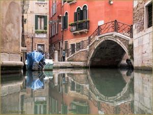 Les reflets du rio de le Beccarie Pescaria, devant le pont Storto, dans le Sestier de San Polo à Venise