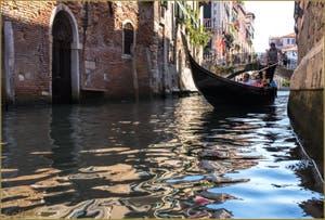 Promenade en gondole et reflets, sur le rio de Santa Marina, devant le pont del Cristo, entre les Sestieri du Cannaregio (à gauche) et du Castello (à droite) à Venise