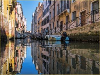 Les beaux reflets et couleurs du rio de San Giovanni Laterano, dans le Sestier du Castello à Venise
