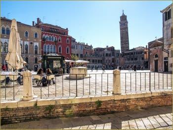 Le Campo Sant'Anzolo et le Campanile de Santo Stefano, dans le Sestier de Saint-Marc à Venise