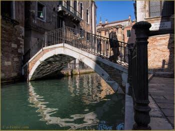 Reflets sous le pont Cavagnis, sur le rio de San Severo, dans le Sestier du Castello à Venise