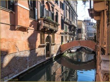Les beaux reflets du rio Widmann sous le pont Pasqualigo, dans le Sestier du Cannaregio à Venise