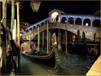 Gondole devant le pont du Rialto et ses illuminations de Noël à Venise.
