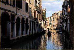 Gondoles sur le rio dei Santi Apostoli, dans le Sestier du Cannaregio à Venise.