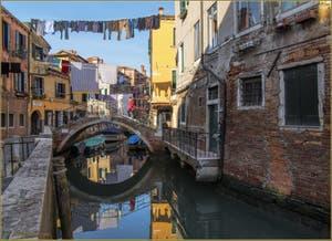 La lessive et les reflets du rio di San Daniele o Riello et le petit pont Rielo, dans le Sestier du Castello à Venise.