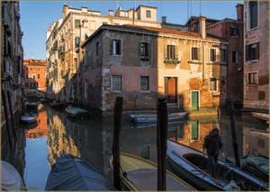 Les reflets du rio di San Boldo et le pont del Colombo, dans le Sestier de Santa Croce à Venise.