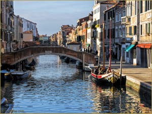 Bragozeto sur le rio de San Girolamo Ormesini, dans le Sestier du Cannaregio à Venise.