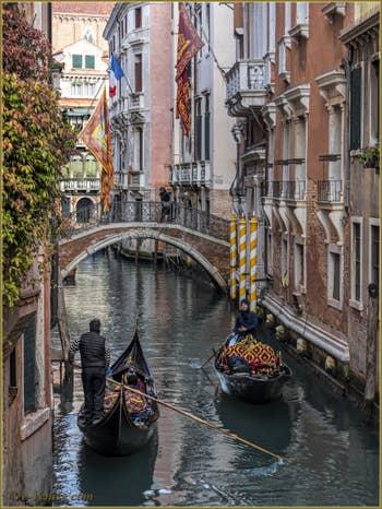 Rencontre d'une Gondole et d'un Sandolo sur le rio del Borgoloco, devant le pont du même nom, dans le Sestier du Castello à Venise.