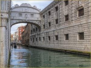 Le pont des Soupirs à Venise, sur le rio de Palazzo o de la Canonica.