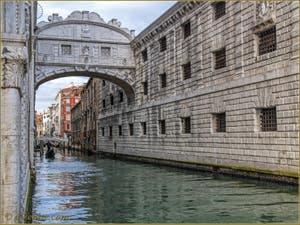 Gondole sous le pont des Soupirs à Venise, sur le rio de Palazzo o de la Canonica.