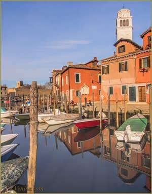 Le canal de San Pietro, le long de la Fondamenta Quintavalle, avec, pointant le bout du nez, le campanile de San Pietro, dans le Sestier du Castello à Venise.