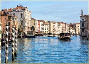 Vaporetti sur le Grand Canal, devant l'arrêt San Marcuola et le Palazzo Loredan Vendramin Calergi, datant de 1509, dans le Sestier du Cannaregio à Venise.