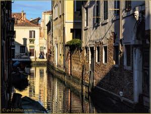 Reflets d'or sur le rio dei Lustraferi, le long du Palazzo Caotorta, dans le Sestier du Cannaregio à Venise.