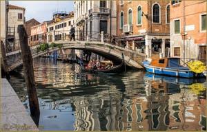 Gondole dans les reflets du rio de Santa Fosca, sous le pont du même nom, le long de la Fondamenta de Ca' Vendramin, dans le Sestier du Cannaregio à Venise.