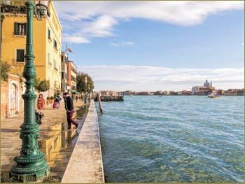 Le canal de la Giudecca le long de la Fondamenta Zattere ai Gesuati, dans le Sestier du Dorsoduro à Venise.