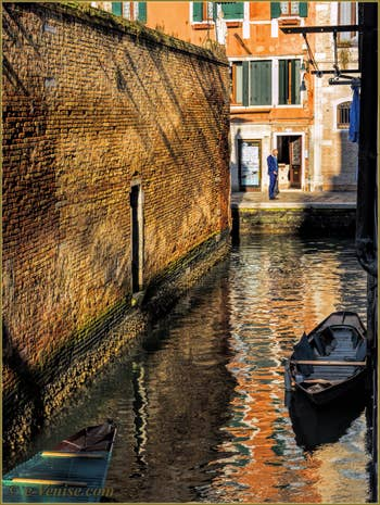 Reflets sur le rio dei Grimani, à l'angle du rio de la Misericordia, dans le Sestier du Cannaregio à Venise.