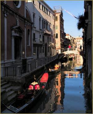 Gondoles sur le rio de San Felice, dans le Cannaregio à Venise.