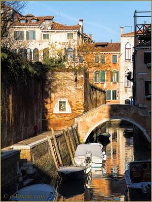 Le Pont Moro Grimani et le Riello dei Servi ou rio Grimani, dans le Sestier du Cannaregio à Venise.