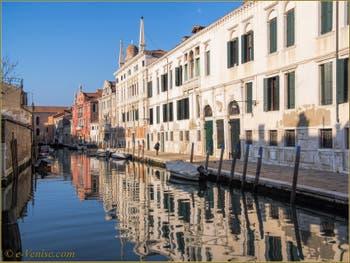 Les Palais Contarini Dal Zaffo et Minelli Spada, le long du rio de la Madona de l'Orto, dans le Cannaregio à Venise.