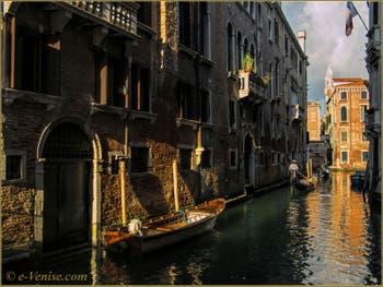 Gondoles sur le rio de Borgoloco, dans le Sestier du Castello à Venise.