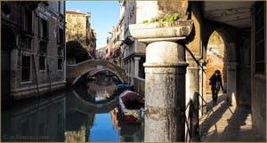 Le Sotoportego del Magazen et le rio et le pont de Ca' Widmann, dans le Sestier du Cannaregio à Venise.