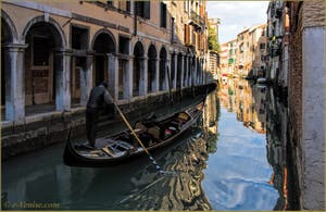 Gondole dans les reflets du Rio dei Santi Apostoli, devant le Sotoportegho del Tragheto, dans le Sestier du Cannaregio à Venise.
