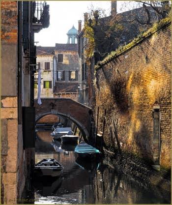 Le pont Moro sur le Rio Grimani-Servi, au fond, le haut du dôme de l'église de la Madalena, dans le Sestier du Cannaregio à Venise.