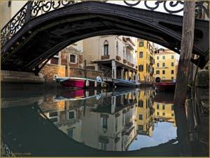 Reflets sous le pont Priuli, devant le Sotoportego de la Guerra, dans le Sestier du Cannaregio à Venise.