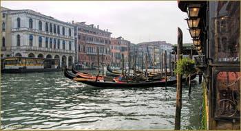 Gondoles sur le Grand Canal de Venise, devant le palazzo Dolfin Manin.