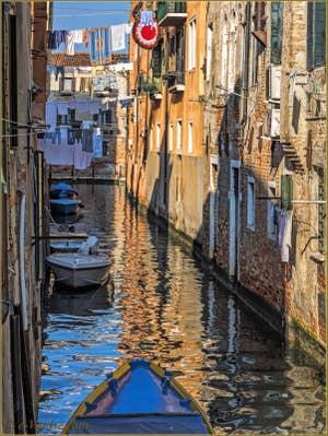 Lessive et reflets sur le rio de le Torete, dans le Sestier du Cannaregio à Venise.