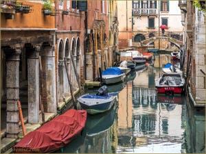 Le Pont Storto sur le Rio de Sant'Aponal, dans le Sestier de San Polo à Venise.