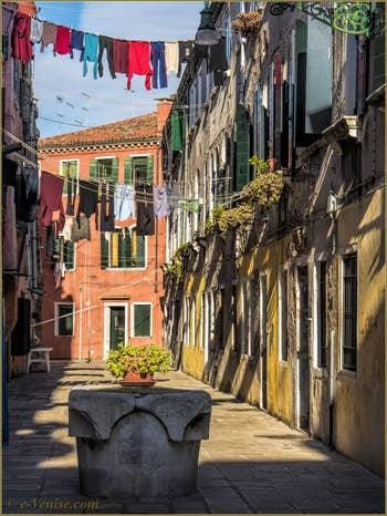 La Corte de le Colone et son puits du XVe siècle, dans le Sestier du Castello à Venise.