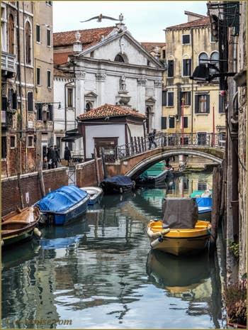 Le Rio et le pont del Mondo Novo avec, au fond, l'église de Santa Maria Formosa, dans le Sestier du Castello à Venise.