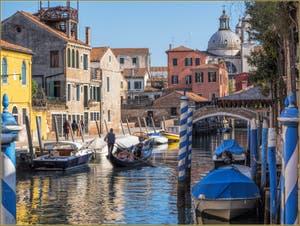 Gondole sur le Rio dei Ognissanti, dans le Sestier du Dorsoduro à Venise.
