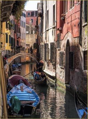 Gondoles Rio delle due Torri Santa Maria Mater Domini, à Santa Croce à Venise.