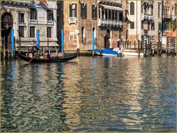 Gondole sur le Grand Canal de Venise, devant le Palazzo Papadopoli.