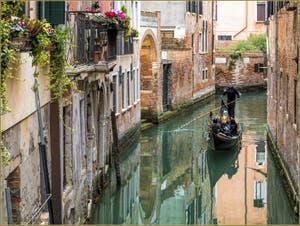 Gondole dans les reflets du Rio de la Torre, dans le Sestier de Santa Croce à Venise.