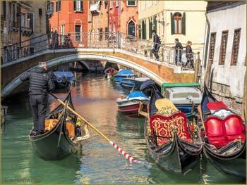 Gondoles devant le pont et sur le Rio del Mondo Novo,dans le Sestier du Castello à Venise.