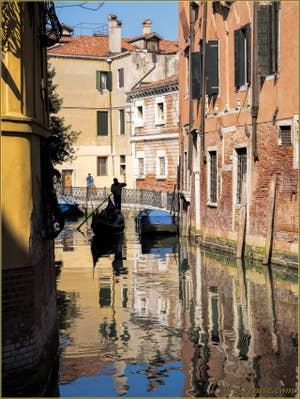 Gondole sur le Rio et devant le Campo de San Severo, dans le Sestier du Castello à Venise.