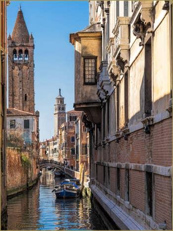 Le Rio et le Campanile de San Barnaba, dans le Sestier du Dorsoduro à Venise.