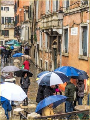 Pluie et Parapluies sur le Campo San Canzian, dans le Cannaregio à Venise.