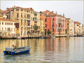 Grand Canal de Venise : Palazzi Da Lezze, Ghisi Boldù, Contarini Pisani et Fontana Rezzonico.