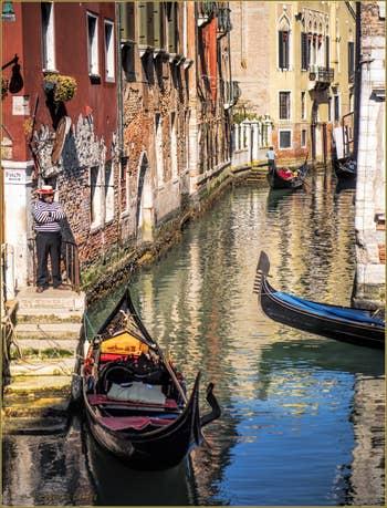 Gondoles sur le Rio del Mondo Novo, dans le Sestier du Castello à Venise.