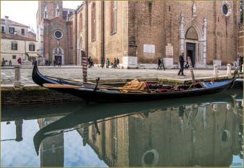 Gondole dans les reflets du le Rio dei Frari, dans le Sestier de San Polo à Venise.