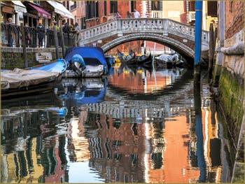 Les reflets du Rio dei Frari, dans le Sestier de San Polo à Venise.