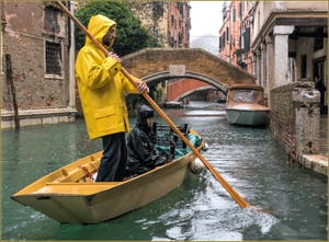 Sandolo sous la pluie sur le Rio de Ca' Widmann, dans le Cannaregio à Venise.