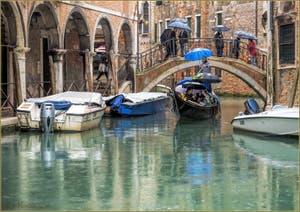 Gondole et Parapluies sur le Rio de Ca' Widmann , dans le Cannaregio à Venise.