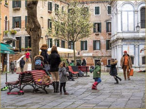 Petits Vénitiens sur le Campo Santa Maria Nova, dans le Cannaregio à Venise.