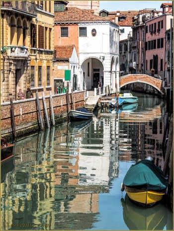 Les reflets du Rio de la Pietà Sant'Antonin, dans le Castello à Venise.