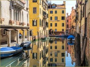 Les reflets d'or du Rio Priuli Santa Sofia, dans le Cannaregio à Venise.